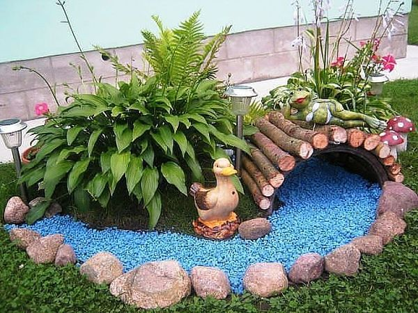 Сухой ручей из голубых камней для имитации воды