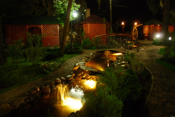 Подсвечивание водного сооружения в саду