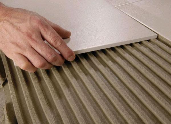 Применение клея для плитки