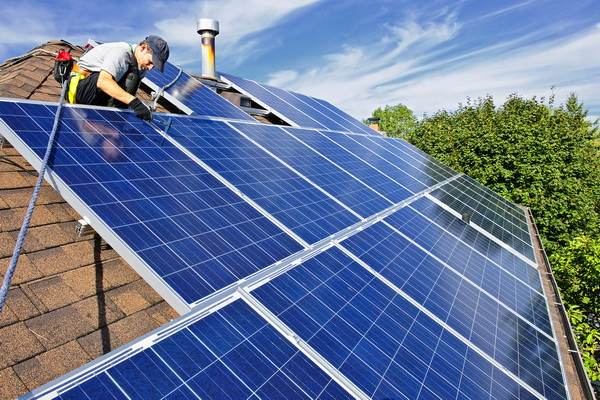 Монтаж солнечных батарей на крыше дома