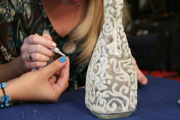 Процесс декорирования бутылки манной крупой