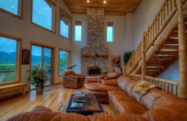 дизайн зала в двухэтажном доме